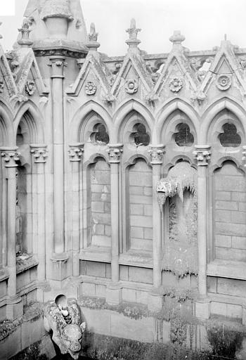 Cathédrale Notre-Dame Façade sud : Arcatures de la galerie supérieure et gargouilles, à l'angle du transept et de la nef, Sainsaulieu, Max (photographe),