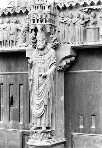 Cathédrale Notre-Dame Portail central de la façade nord (portail de saint Calixte). Trumeau : Statue de saint Calixte, Sainsaulieu, Max (photographe),