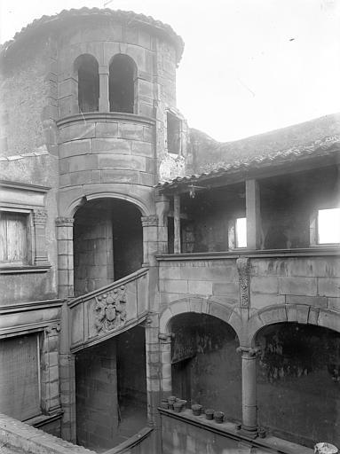 Hôtel de Fontenilhes ou maison des Sires de Beaujeu Cour intérieure : Tourelle d'escalier et galerie (partie supérieure), Jarron (photographe),