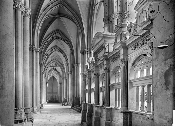 Cathédrale Saint-Pierre Vue intérieure du bas-côté sud : Clôture de chapelle, Mieusement, Médéric (photographe),
